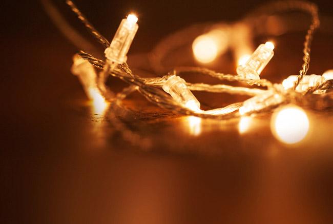 Weihnachtsbeleuchtung/Lichterketten einfach und sicher montieren mit einer Arbeitsbühne von Rainbacher